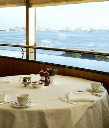 タワー館の5階にある「パノラミックレストラン ル・ノルマンディ」で、海を見ながら朝食をいただきましょう。海側は一面窓になっているので、港町横浜ならではの絶景を楽しめます。
