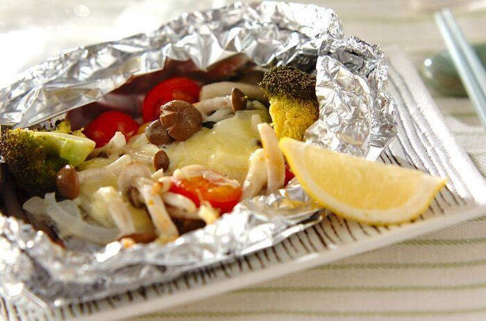 疲れて帰ってきた時にお役立ちなホイル焼き。プチトマトとチーズをのせて焼くことで、手軽に洋風おかずが出来上がります。野菜をたっぷりのせれば、栄養バランスが良く満足度も高い一品になりますよ。
