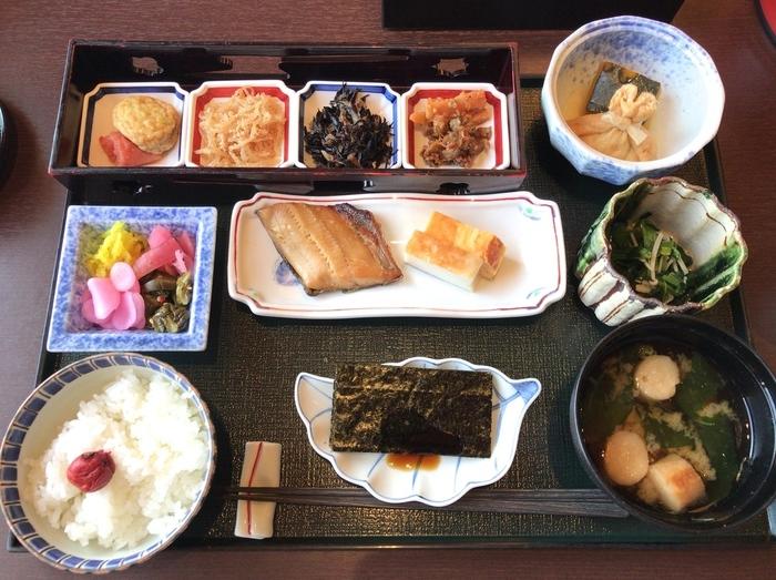 本館5階にある「熊魚菴 たん熊北店」は、京都に本店を構える老舗。クラシックホテルでいただく京料理も粋ですよね。先付や焚き合わせなど、京都の伝統の技が光る繊細な和朝食。ごはんは、餡のかかったお粥どちらかを選ぶことができますよ。