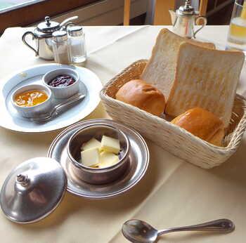 オーソドックスながらも、こだわりの詰まった朝食をいただけます。140年以上伝統製法を守って作らたパンは、小麦の風味豊かでしっとりやわらかです。