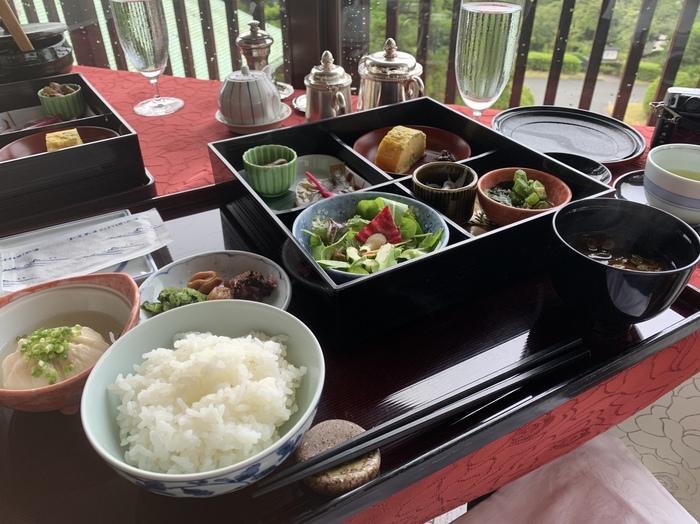 和朝食は、前日の20時までの完全予約制です。地元の食材を使った小鉢などがおいしいと評判。同じグループでも、ひとりずつ和洋を選べる細やかさにも、昭和初期から受け継がれているホスピタリティが感じられます。