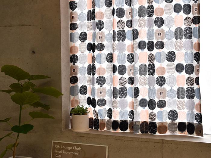 """こちらはAino-Maija Metsola(アイノ-マイヤ・メトソラ)が2012年にデザインした〈KOMPOTTI(コンポッティ)〉のカーテン。コンポッティとは""""コンポート""""という意味で、様々なフルーツを規則的に並べたポップなデザインが特徴です。カラーは定番のホワイトとグリーンの2色展開。ホワイトをベースにしたこちらのデザインは、ナチュラルで上品な雰囲気が魅力的です。"""
