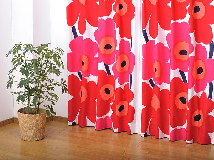 はじめにご紹介するのは北欧を代表する人気ブランド、「marimekko(マリメッコ)」のファブリックで作る素敵なオーダーカーテンです。1964年にMaija Isola(マイヤ・イソラ)によってデザインされた〈UNIKKO(ウニッコ)〉は、大胆に描かれたケシの花とカラフルな色使いが特徴的。窓辺を華やかに彩る赤いウニッコは、シンプルなインテリアのアクセントにぜひおすすめです。
