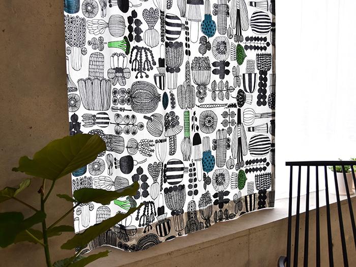 """こちらはマリメッコの人気デザイナー、Maija Louekari(マイヤ・ロウエカリ)によって2009年にデザインされた〈PUUTARHURIN PARHAAT(プータルフリン パルハート)〉の生地で作ったおしゃれなカーテンです。プータルフリン パルハートとは""""庭師の傑作""""という意味で、そのネーミングの通り様々な野菜を描いたユニークなデザインが印象的。リビングやダイニングの窓辺をあたたかい雰囲気に演出してくれます。"""