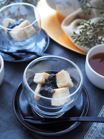 豆腐とゴマを使ったヘルシースイーツ。豆腐は水抜き不要でとっても簡単。もちもちの食感がおいしいです♪