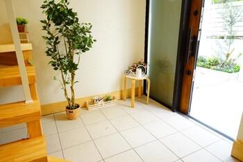 玄関に置く家具や雑貨も、統一感のあるカラーとテイストを意識してみましょう。ポイントで木目や石などのテクスチャをプラスするのも素敵。厳選してバランスよく配置すれば、人の目を惹きつけるアイキャッチにもなります。