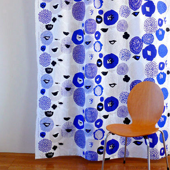 花や鳥をモチーフにした可愛らしいデザインでありながらも、落ち着いた色味で大人っぽく、北欧デザインが初めての方でも取り入れやすいテキスタイルです。こちらも綿麻混合の素朴な質感の生地なので、北欧インテリアはもちろんのこと、ナチュラルテイストのお部屋にもおすすめです。