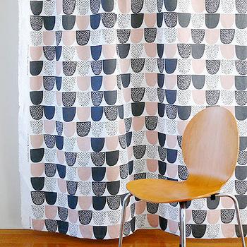 カラーはブルーとピンクの2色展開。どちらの生地も優しく上品な色合いと、綿麻混合のざっくりとした素朴な風合いが魅力的です。リビングやダイニングなど、お家の中の様々な空間をおしゃれな雰囲気に演出してくれますよ。