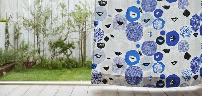 こちらはMatti Pikkujamsa(マッティ・ピクヤムサ)デザインの〈Sunnuntai(サンデー)〉。ファブリック全体に花々や鳥たちを散りばめ、のんびりとした日曜日の雰囲気を表現した人気のテキスタイルデザインです。清涼感溢れる白×ブルーの配色は、爽やかな春夏シーズンにぴったり。