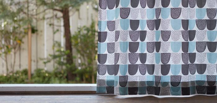 次にご紹介するのはフィンランド・ヘルシンキのテキスタイルブランド、「Kauniste(カウニステ)」の生地で作ったおしゃれなカーテンです。こちらは砂糖をモチーフにした愛らしいデザインの〈Sokeri(シュガー)〉。カウニステを代表する人気のファブリックで、Hanna Konola(ハンナ・コノラ)によってデザインされました。