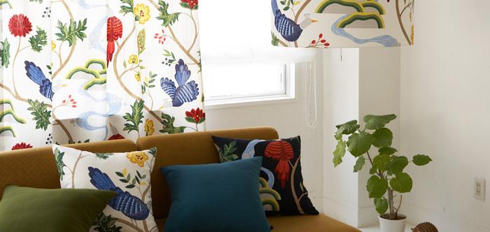 1870年に設立されたスウェーデンのテキスタイルブランド「boras cotton(ボラス/ボラスコットン)」。色とりどりの植物と鳥を描いた〈BIRDLAND(バードランド)〉は、ボラスを代表する人気デザインのひとつです。北欧ならではの大胆で美しい絵柄が、お部屋を華やかな雰囲気に演出してくれます。