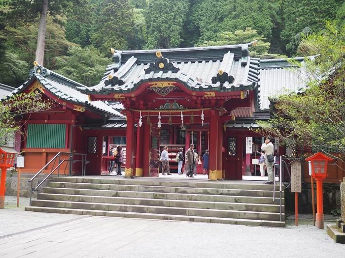 箱根神社は、源頼朝など数々の戦国武将が勝利を祈願したといわれる神社です。ご利益は、開運厄徐・心願成就・交通安全など。湖上から平和の鳥居を見るなら、遊覧船を利用しましょう。