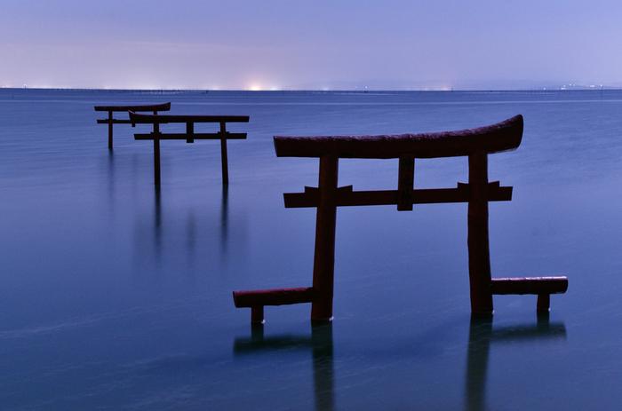有明海に立つ3本の鳥居は、大魚神社の「海中鳥居」です。満潮時には鳥居の上部まで海水に浸かり、干潮時には鳥居の下を歩くことができます。海の干満や太陽の位置によって変わる鳥居のさまざまな姿を見られることで人気となっています。