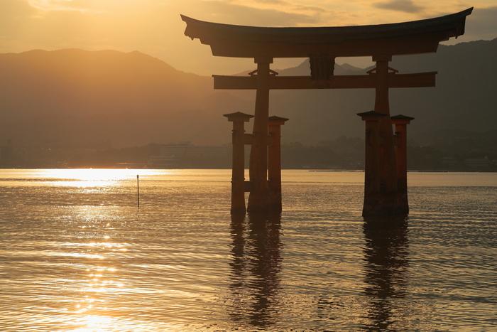 朝日や夕日の光を浴びて、水面に鳥居の影が映る神秘的な景色。日本にあるいくつかの神社では、鳥居が水上に建てられています。一度はそんな幻想的な水上の鳥居を見てみたいですよね。