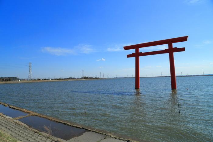 鹿島神宮の「一之鳥居」は、水上鳥居の中で日本最大の規模を誇ります。鹿島神宮は神武天皇元年(紀元前660年)の創建とされていて、日本の中でも特に古い神社です。武甕槌大神(たけみかづちのおおかみ)という武の神様が祀られていて、勝負運のご利益があるとされています。