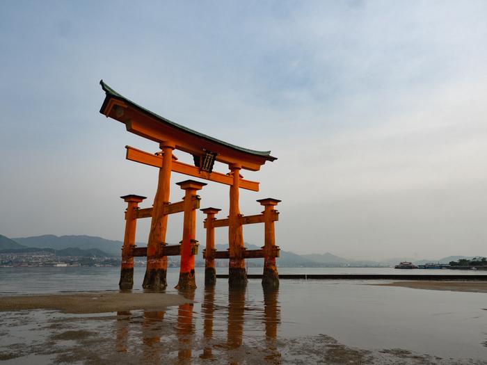 水面の鳥居といえば、厳島神社の「大鳥居」を思い浮かべる方は多いのではないでしょうか。この鳥居は、通常の鳥居と異なり6本の柱でできています。柱は地中に埋まっておらず、鳥居そのものの重さで立っているだけなんです。干潮の時間帯には、歩いて鳥居まで行くことができます。