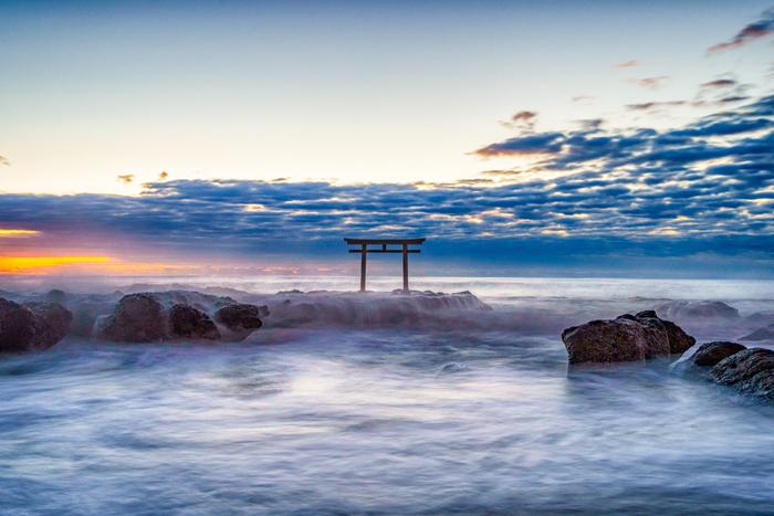 潮の干満や太陽の位置によって、さまざまな景色を見せてくれる水面の鳥居。神秘的なその姿をぜひ見に行ってみましょう。訪れた際には、社殿への参拝も忘れずに。