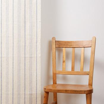こちらは麻100%のナチュラルな素材感と、ランダムなストライプ柄がおしゃれな〈ヴェント〉のオーダーカーテンです。ストライプ柄のカーテンは縦のラインを強調するので、お部屋全体を広く見せたい時にも◎。