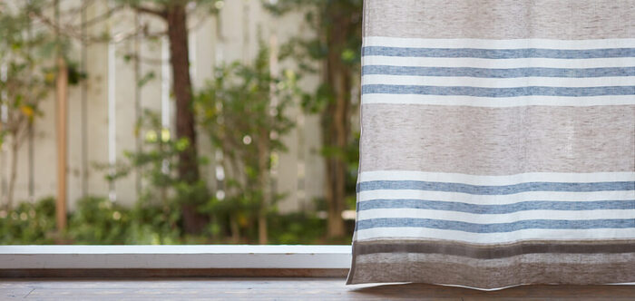 ナチュラルテイストのお部屋のアクセントには、爽やかな「ボーダー&ストライプ柄」のカーテンも大人気です。こちらは3本の太いラインが特徴の〈オリゾンテ〉。北欧風のシンプルでおしゃれなデザインに加えて、麻100%のざっくりとした素朴な風合いも魅力的です。
