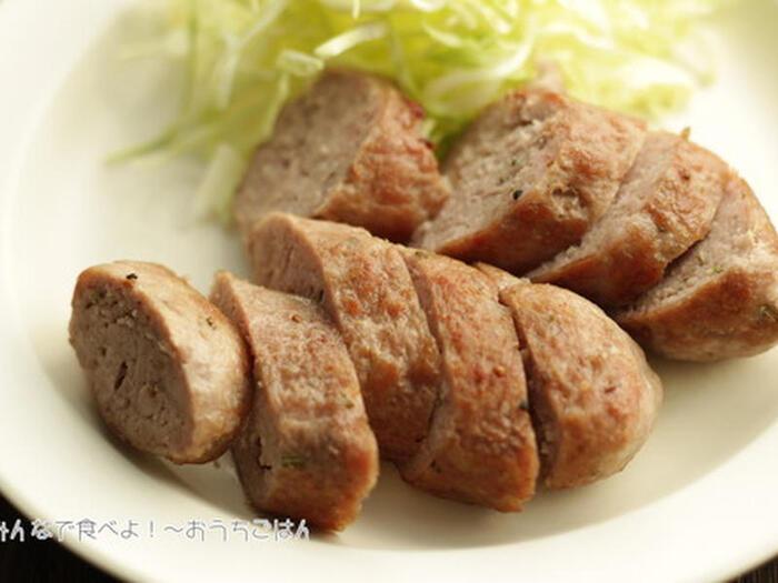 豚腸などを用意して作る本格的な腸詰めもありますが、手軽に作るのも自家製のいいところ。腸詰めにはせず、ハーブなどとともに捏ねた肉を、ラップでくるんで成形すればサルシッチャ風に。1時間ほど冷蔵庫でねかせてラップごとゆで、フライパンで焼き色を付けます。もちろん、ゆでずにそのまま焼くレシピもたくさんあります。