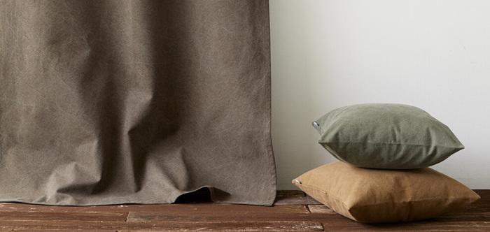 特殊ウォッシュ加工によってヴィンテージテイストに仕上げた帆布のカーテンは、インダストリアルやヴィンテージなどメンズライクなお部屋にぴったり。帆布ならではの重量感やソフトな手触り、趣のある色合いが魅力的です。