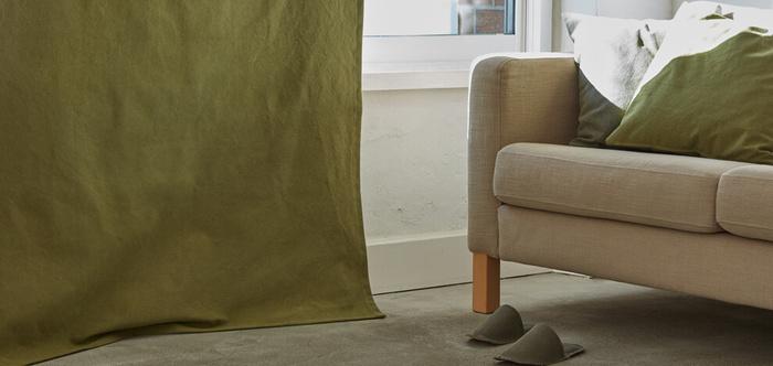 カーテンと一緒にクッションとスリッパも揃えれば、より統一感のあるおしゃれな空間がつくれますよ。カラーは全部で7色展開。ブラウンやモスグリーンなどの濃い目の色は、遮光機能もついているので寝室にもおすすめです。