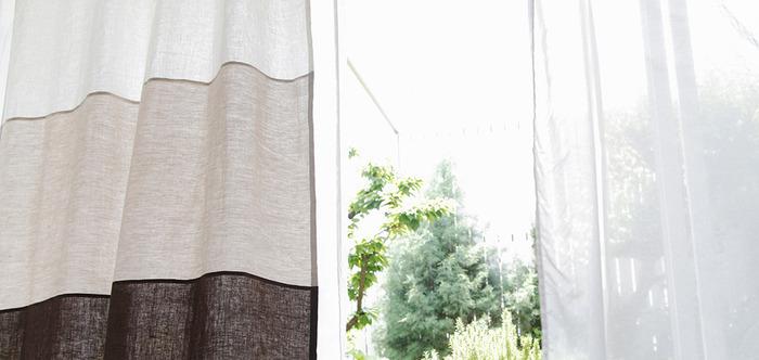 綿や麻でできたシンプルな無地の生地も、写真のように色をいくつか組み合わせて「カラーブロックカーテン」に仕立てれば、また一味違ったおしゃれな雰囲気が楽しめますよ。見た目も涼しげな麻のブロックカーテンは、これからの季節にぴったり。ベージュやブラウンなど優しい色の組み合わせは、ナチュラルテイストのお部屋にぜひおすすめです。