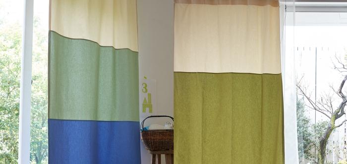 こちらは綿の生地で仕立てたおしゃれなカラーブロックカーテン。素材が変わると、全体の雰囲気もガラッと変わります。2色のデュオとソプラ、3色のトリオなど。全4種類のスタイルパターンから、お部屋のインテリアに合わせて好きな組み合わせを選ぶことができますよ。