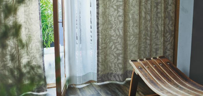 ナチュラルテイストのお部屋には、自然をモチーフにした植物柄やフラワープリントのカーテンもおすすめです。こちらの生地は上品なリーフ柄と立体感のある風通織が特徴的。ウォッシャブルカーテンなので、汚れが気になった時にいつでも気軽にお洗濯できるのも嬉しいポイントです。
