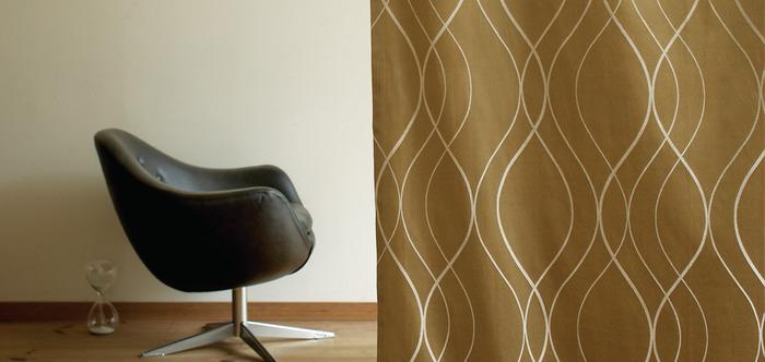 モダンテイストのお部屋のアクセントには、すっきりとした印象の曲線デザインのカーテンも人気です。こちらは細いラインを重ねたスタイリッシュなデザインが特徴の〈ブルック〉。落ち着いた柄と色味は洋室はもちろんのこと、和モダンインテリアにもしっくりと馴染みます。