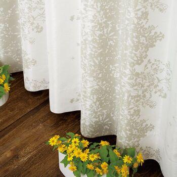 こちらは繊細な花柄が美しい〈Nohara(ノハラ)〉。ナチュラルテイストのお部屋にぴったりの素敵なカーテンです。生地には光沢のある糸を使用しているので、光の当たり方によって表情が変化し、美しい柄がより一層引き立ちます。