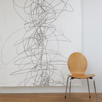 リズミカルな曲線を描いた〈Dance(ダンス)〉は、モダンアートのように洗練されたデザインが特徴のおしゃれなファブリックです。単色のシンプルなデザインでありながらも特別な存在感を放ち、お部屋をスタイリッシュな雰囲気に演出してくれます。