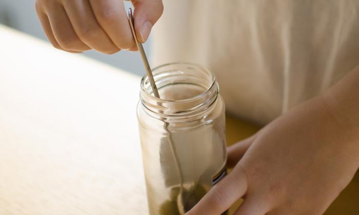 すくう際にも長い持ち手なので、容器の底まで届き、中身を簡単にすくえます。また、口が狭い容器でも、小さじなら簡単に容器の底まですんなり入ります。他にも長い柄は、調理中の鍋などから味見をしたい際、役立ってくれます。