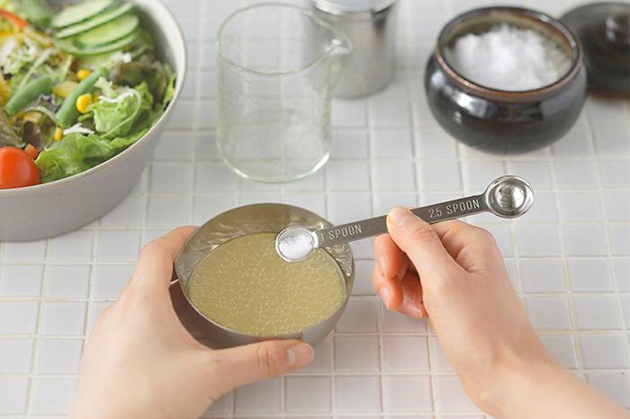 それぞれ何ml、ccなど数値が刻印されているので、一目でわかって便利。Sのタイプは、よくレシピに書いてあるひとつまみなど、調味料を少量入れて味つけする場合、わかりやすくてとっても便利です。