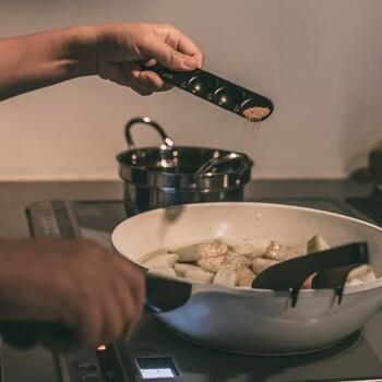 何本も洗うことなく便利なうえに、汚れが付きにくいフッ素加工が施されており、水切れも良いので、洗ってすぐに違う材料を計ることができ、調理がはかどりそう。