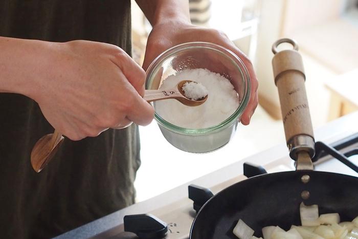 軽くて丈夫なチーク材を丁寧にくり抜いて作られた、ほっこり癒されそうなフォルムが可愛らしいスプーンは、調味料の計量はもちろんのこと、コーヒーや茶葉、スパイスなどのスプーンとして使うのも◎。