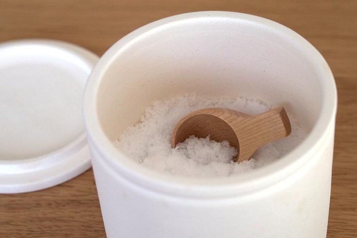 塩さじの名前通り、調味料入れに納まるコンパクトなサイズ感も良く、塩だけでなく、砂糖や薄力粉、顆粒だしなどの粉末調味料から、コーヒー粉や茶葉などあらゆる保存容器に入れておくのにとっても便利。