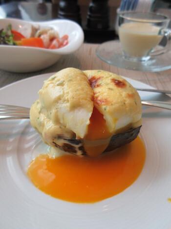 1番人気は、シェフが目の前で作ってくれる卵料理。こちらは、アボカドをカップにしたエッグベネディクトで、中にはサーモンが。とろりとあふれる黄身のまろやかさにも感動です。 ほかにも、黒毛和牛のビーフシチューを包んだオムレツなどアイデアが光るお料理は、どれも食べてみたくなるものばかり。