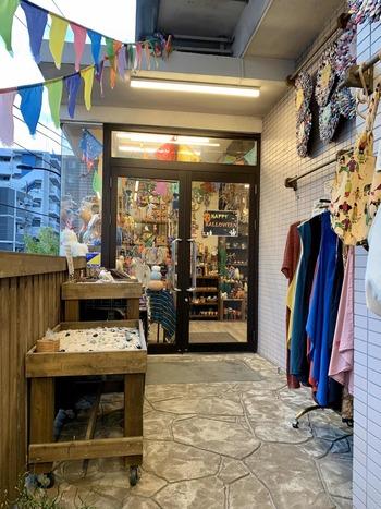 都内の手芸店の中でも、アジア、アフリカ、ラテンアメリカの民芸布や雑貨を扱って国内一のスケールの「マライカ」。クロス、カレンシルバー、天然石、ビーズ、パーツが所狭しと並びます。 画像のショップは京成電鉄・江戸川駅から5分。カフェを併設。  都内では、渋谷区の青山通り沿いと八王子にショップが。※店によって取扱商品が異なります。事前にご確認ください。