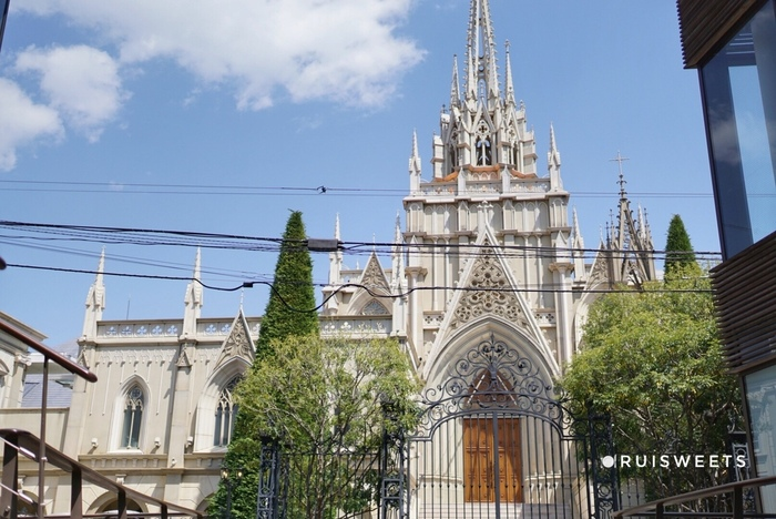 表参道の閑静な住宅街に見える大聖堂は、ヨーロッパのお城のような佇まい。結婚式場として有名な「セントグレース大聖堂」ですが、実はレストランも併設されているんですよ。