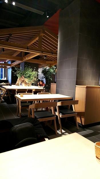 店内は、シックで落ち着いた和モダンな雰囲気。ところどころに木のオブジェやグリーンも置かれ、居心地が良い空間です。