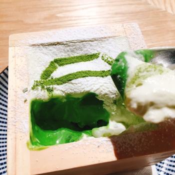パフェの中には、抹茶アイスや自家製の白玉、柚子ソース、甘納豆などがふんだんに入っていて、スプーンを入れた場所によって味が変化するのが魅力。和素材それぞれの食感や甘さを堪能しましょう。