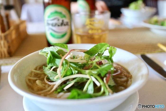「ベトナム料理」でおなじみのライスペーパーやナンプラーは、日本のスーパーでも扱っているので、気軽にお家でもベトナム料理が再現できちゃうんですよ。  さっぱりした味わいの奥にコクを感じるスープなど・・・「ベトナム料理」は酸味や甘味などのバランスが日本人の口にぴったり合うと言われています。  ぜひあなたの食卓で、ベトナム料理の美味しいひと時を楽しんでくださいね。
