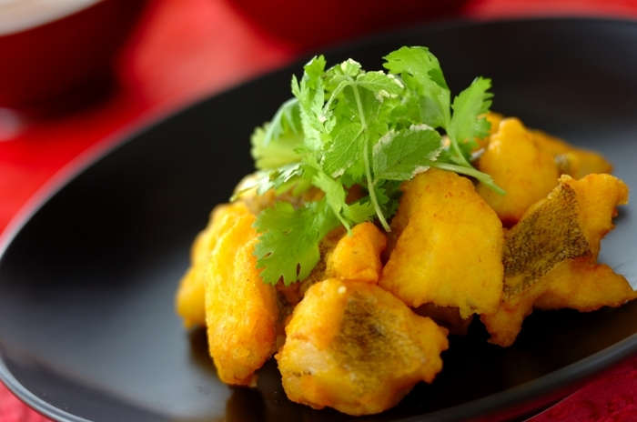白身魚の天ぷらといえば、私たち日本人でも馴染み深いですが、こちらはベトナム風。  「ベトナム風白身魚の天ぷら」は魚を下ごしらえするときにナンプラーを使っており、一気にベトナム風の味わいになります。にんじんの甘酢漬けや、先にご紹介したベトナム風のなますと一緒にいただくとなお美味しいですよ。