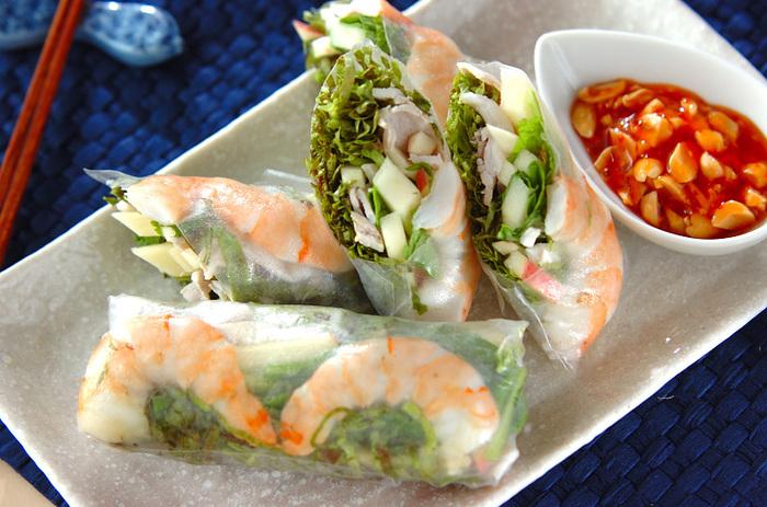 ベトナム料理の中で最もポピュラーな「生春巻き」。美味しいのにとってもヘルシーで野菜もたくさん摂取でき、よいことづくめですよね。ナッツ入りのピリ辛チリソースをつけて召し上がれ*