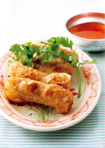 ベトナム料理好きの中でもファンが多いのが「揚げ春巻き」です。  米粉の皮の中身は、たけのこや挽肉、春雨に、かに缶など・・。一口食べた瞬間、パリッと食感とともに溢れ出る肉と蟹の旨味のコラボレーションが最高!  お酒との相性も良いのでおもてなしにも喜ばれますよ。