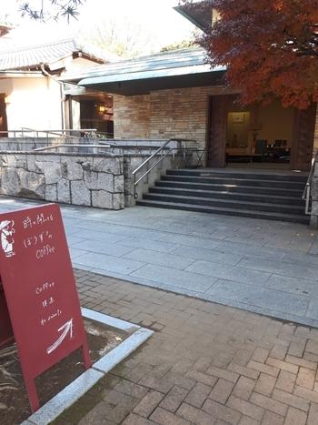 カフェの入り口は、境内に入って右側の「客殿」にあります。カフェがあるのは、その奥の「別邸」です。