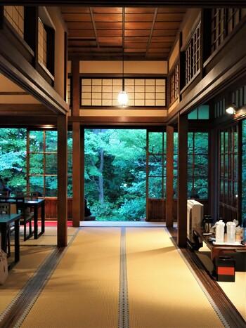 靴を脱いで和室に入ると、お庭の緑が目に飛び込んできます。まるで京都や鎌倉にいるような気分になれますよ。