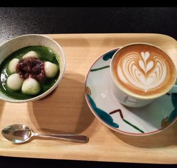 「白玉宇治金時」は、もっちりとした白玉と抹茶、あんこのバランスが絶妙です。カフェラテとの組み合わせもおいしいと評判なんですよ。
