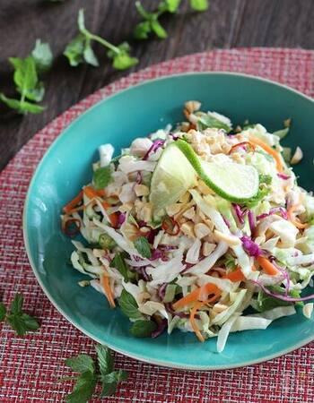野菜を大量に消費できる「ベトナム風キャベツのサラダ」。  和えるドレッシングの決め手となるのが、アジアの魚醤であるヌックマム。ヌックマムが手に入らない場合はナンプラーでも代用可能です。ヘルシーな胸肉も一緒に召し上がれ。